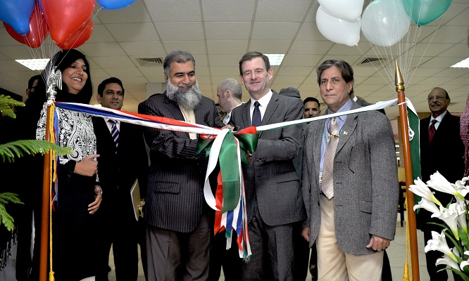 US Ambassador David Hale and Rector Prof. Dr. Masoom open the new Lincoln Corner at International Islamic University Islamabad on December 17, 2015.