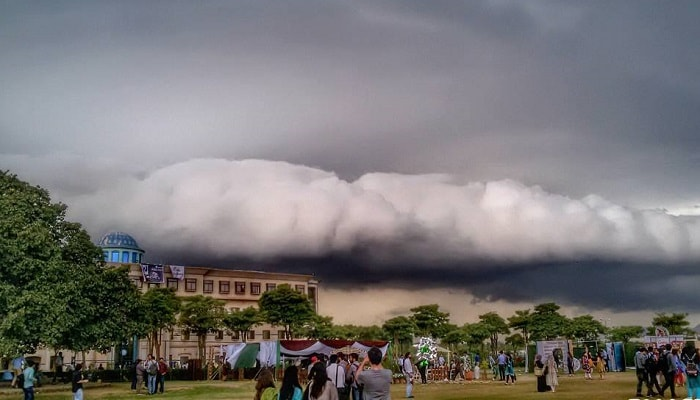 Stunning images of rare cloud formation in Islamabad