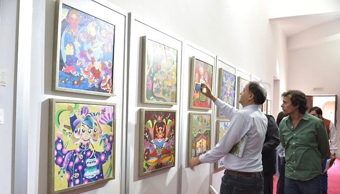 Visitors enjoying the artwork at China Cultural Heritage Week exhibition in Islamabad on 7 July 2017. Photo: Zhu Dan